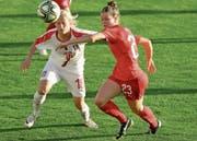 Nadine Riesen (rotes Trikot) kam im Länderspiel gegen Serbien in der zweiten Halbzeit zum Einsatz. Bild: Andrej Cukic /Keystone