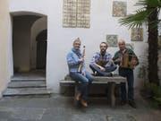 Die Gruppe Vent Negru mit Esther Rietschin, Mattia Mirenda und Mauro Garbani (von links) pflegt die authentische Tessiner Musik. (Bild: Keystone/ALESSANDRO CRINARI)