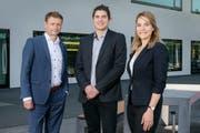 Professor Sebastian Heselhaus (links) mit den beiden im Rahmen des NFP-Projekts Doktorierenden Iva Stamenkovic und Philippe Stawiski vor dem Gebäude der Universität Luzern. (Bild: Markus Forte)