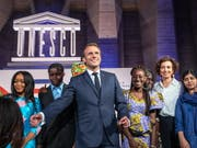 Bildung für Mädchen stand im Zentrum der gemeinsamen Konferenz der Unesco mit den wichtigsten Wirtschaftsmächten (G7). Frankreichs Präsident Macron mit Friedensnobelpreisträgerin Malala Yousafzai (r) und Unesco- Generaldirektorin Audrey Azoulay (2-r). (Bild: KEYSTONE/EPA POOL/CHRISTOPHE PETIT TESSON / POOL)