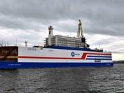 Die «Akademik Lomonossow», das erste schwimmende Atomkraftwerk, im Hafen von Murmansk. Die Anlage soll im August in den äussersten Nordosten Russlands geschleppt werden. (Bild: Imago Images / Itar Tass)
