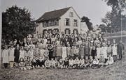 Das Foto zeigt die Schule Tannen mit rund 80 Schülerinnen und Schülern im Jahre 1932 mit Lehrer Hobi. Ein Jahr später wechselte er ins neu erbaute Schulhaus nach Müselbach.(Bild: PD)