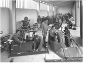 Lehrlinge arbeiten an Landmaschinenfahrzeugen. (Bild: Archiv BBZN Hohenrain, 1971)