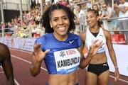 Mujinga Kambundji (links) und Salomé Kora nach ihrem Lauf über 100 m.(KEYSTONE/Jean-Christophe Bott)