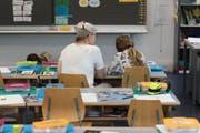 In den kommenden Jahren gehen viele Lehrerinnen und Lehrer in Pension. (Bild: Christian Beutler/Keystone)