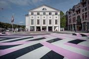 Das Strassenbild vor dem Luzerner Theater wird Mitte Juli wieder entfernt. (Bild: Pius Amrein, Luzern, 8. September 2017).