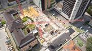 Die Baustelle dominiert das Areal des Kantonsspitals. Zwischen Haus 01 (links) und dem Hochhaus entsteht eine Tiefgarage. (Bild: Ralph Ribi /St.Gallen, 2. Juli 2019)