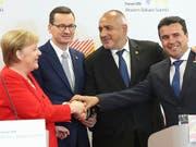 Die deutsche Kanzlerin Merkel sieht eine «strategische Verantwortung» für eine EU-Erweiterung um jene Balkanstaaten, die einen Beitritt anstreben. Im Bild mit den Regierungschefs Polens, Bulgariens und Nordmazedoniens Mateusz Morawiecki (l), Boyko Borisov und Zoran Zaev. (Bild: KEYSTONE/AP/CZAREK SOKOLOWSKI)