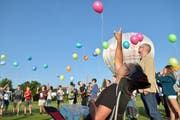 Die Schülerinnen und Schüler lassen für ihren Schulleiter Ballons fliegen. (Bild: Mario Testa)