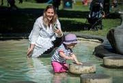 Celina Morel filmt ihren Sohn auf dem Spielplatz im Seeburgpark. (Bild: Reto Martin)