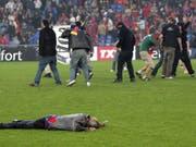 Gewalt und Chaos nach dem Spiel zwischen dem FC Basel und dem FC Zürich am 13. Mai 2006 im Basler St. Jakob Park. (Bild: Keystone/PATRICK B. KRAEMER)