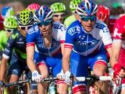 Sébastien Reichenbach (rechts) gibt seinem Teamleader Thibaut Pinot Windschutz (Bild: KEYSTONE/JEAN-CHRISTOPHE BOTT)