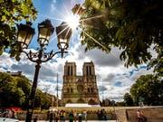 Der Vorplatz der Notre-Dame in Paris bleibt nach dem Grossbrand wegen der Bleibelastung weiter gesperrt. (Bild: KEYSTONE/EPA/SRDJAN SUKI)