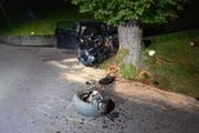 Totalschaden nach Strolchenfahrt: Ein 20-Jähriger lenkt den Wagen seiner Mutter in einen Baum in Dallenwil. (Bild: Kantonspolizei Nidwalden)
