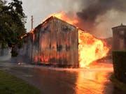 Eine Scheune ist in Luins durch einen Brand zerstört worden. Möglicherweise entstand das Feuer durch einen Blitzschlag. (Bild: Waadtländer Kantonspolizei)