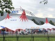 Beim Circus Knie auf der Luzerner Allmend verlassen die Besucher das Zelt. (Leserbild)