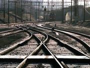 Zwischen La Plaine GE und Frankreich sind die Bahngeleise wegen der Hitze verformt. Mehrere TGV-Zugverbindungen zwischen Genf und Paris am Samstag wurden umgeleitet. (Bild: KEYSTONE/MARTIN RUETSCHI)
