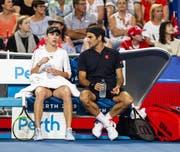 Wichtiger Ratgeber für Belinda Bencic: Roger Federer (Bild: EPA)