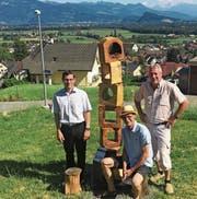 Weihten gemeinsam die Wegmarke ein: (v.l.) Gemeindepräsident Alexander Breu, Skulpteur Ivo Herrsche und Roman Gruber, Leiter Bauamt. (Bild: pd)