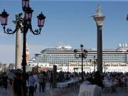 In Venedig geriet am Sonntag ein Kreuzfahrtschiff bei einem Sturm ausser Kontrolle. (Bild: KEYSTONE/AP/LUCA BRUNO)