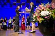 Absolventinnen und Absolventen der Kantonsschule am Brühl bekommen ihre Diplome an der Feier in der Tonhalle. (Bild: Ralph Ribi)