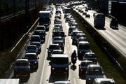 Wenn jeder ein selbstfahrendes Auto hat, stehen vielleicht sogar leere Autos in den Verkehrskolonnen. (Bild: KEY 2014)
