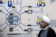 Irans Präsident Hassan Rohani beim Besuch der Atomanlage in der Stadt Bushehr: Wie weit geht das Regime bei der Urananreicherung? (Bild: Keystone)