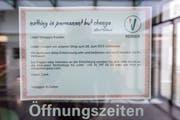 Ein Zettel weist darauf hin: Das Optikergeschäft Vistaggio hat die Türen geschlossen. (Bild: Urs Bucher)