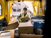 Die Mehrzahl der rund 1800 Paketboten der Schweizerischen Post erhält dank einer Optimierung des neuen Arbeitszeitsystems «mytime» rückwirkend mehr Lohn. (Bild: KEYSTONE/CHRISTIAN BEUTLER)