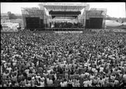 Hunderte Zuschauer drängen sich am ersten Open Air auf der Grossen Allmend im Jahr 1987 vor die einzige Bühne. Damals kauften die Besucher Tickets fürs Out in the Green. (Bild: PD/Stadtarchiv Frauenfeld)