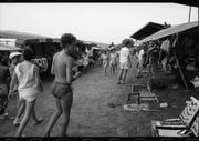 Besucher schlendern bei der ersten Ausgabe 1987 durch die Marktgasse, wo Verkäufer ihre Waren feilbieten. (Bild: PD/Stadtarchiv Frauenfeld)