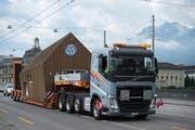 Der Schwertransport unterwegs auf der Seebrücke. (Bild: Dominik Wunderli (Luzern, 8. Juli 2019))