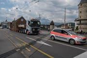 Der Schwertransport unterwegs auf der Seebrücke. (Bild: Dominik Wunderli, Luzern, 8. Juli 2019)