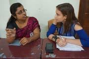 Melanie Büchler aus Kriens im Gespräch mit einer Einheimischen während ihres Aufenthalts in Indien. (Bild: PD/Tommi Mendel)