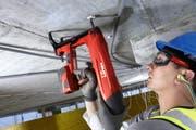 Ein Bauarbeiter mit einen Akkuschrauber von Hilti. Der Konzern ist einer der Eckpfeiler der Liechtensteiner Industrie und Wirtschaft. (Bild: PD)