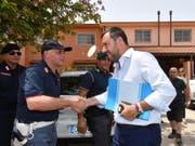 Der italienische Innenminister Matteo Salvini (Mitte) trifft zur Schliessung des Flüchtlingslagers in Mineo auf Sizilien ein. (Bild: KEYSTONE/EPA ANSA/ORIETTA SCARDINO)