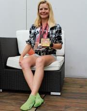 Sina Meier präsentiert die bereits zahlreich gesammelten Medaillen.Bild: Marco Enzler