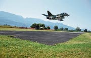 Michael Rädlers elektrisch betriebener Eurofighter absolvierte den Erstflug und landete danach sicher auf dem «Widnau-Airport» des MSFC. Mittlerweile verfügen die meisten Flugmodelle der MSFC-Mitglieder über Elektromotoren. (Bild: Montage/Kurt Latzer)