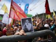 Eine Verurteilung des inhaftierten pro-kurdischen Politikers Selahattin Demirtas wegen einer Aussage im Fernsehen hat gegen das Recht auf freie Meinungsäusserung verstossen. Das hat der Menschenrechtsgerichtshof in Strassburg entschieden. (Bild: KEYSTONE/AP/LEFTERIS PITARAKIS)