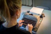 Am liebsten sind Doris Büchel die kleinen Reiseschreibmaschinen. (Bild: Urs Bucher)