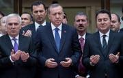 Da war die Welt für den türkischen Präsidenten noch in Ordnung: Im Mai 2015 betete Erdogan (Mitte) mit Ali Babacan (rechts) bei der Eröffnung einer Bank in Istanbul. (Bild: Sedat Suna/Keystone)