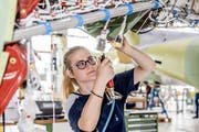 In der Montagehalle ist Celine Dürler (20) am liebsten, denn hier werden die Flieger fertig gebaut. (Bild: Nadia Schärli, Stans, 1. Juli 2019)