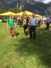 """Autor Christian Tschümperlin (links) und Stier-Besitzer Hermann Imlig (rechts) mit dem Stier """"Maestro"""" am Innerschweizerischen Schwingfest 2019 Flüelen. (Bild: PD)"""