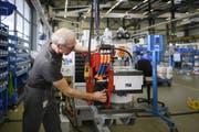 Auch ältere Arbeitslose profitierten im Juni von der guten Konjunktur. (Bild: Keystone/Christian Beutler)