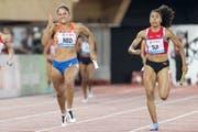 Mujinga Kambundji (rechts) war vergangenen Freitag in Lausanne in der 4x100-Meter-Staffel der Frauen im Einsatz. (Bild: Jean-Christophe Bott/Keystone, 5. Juli 2019)