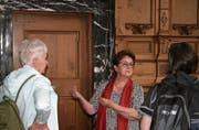 Klara Niederberger (Mitte) erklärt Interessierten historische Orte in Stans – hier in der Pfarrkirche. (Bild: Sepp Odermatt, 8.Juli 2019)
