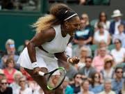 Serena Williams strebt in Wimbledon die Egalisierung des Rekords von Margaret Court von 24 Grand-Slam-Titeln an (Bild: KEYSTONE/AP/KIRSTY WIGGLESWORTH)