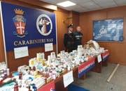 Italienische Polizisten mit sichergestelltem Doping. (Bild: KEY)