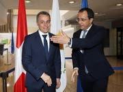Besuch in Nikosia: Aussenminister Ignazio Cassis (links) beim Empfang durch seinen Amtskollegen Nikos Christodoulides im Aussenministerium. (Bild: KEYSTONE/EPA/KATIA CHRISTODOULOU)