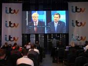 Journalisten verfolgen die Debatte zwischen Boris Johnson (links auf dem Grossbildschirm) und Widersacher Jeremy Hunt. (Bild: KEYSTONE/AP PA/STEFAN ROUSSEAU)